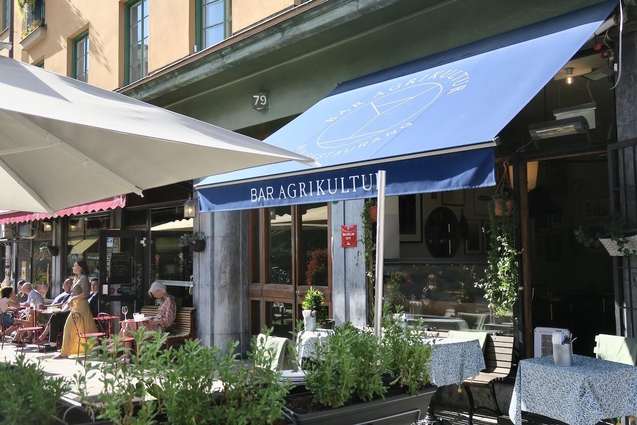 """Stockholm. Södermalm. Bar Agrikultur; en av flera barer käns Skånegatan som äe en """"sommargata""""."""