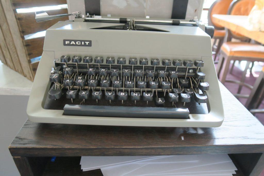 Gästrikland. Högbo brukshotell. Denna gamla skrivmaskin platsar absolut bland veckans skyltbidrag. Den gamla avdelningen.