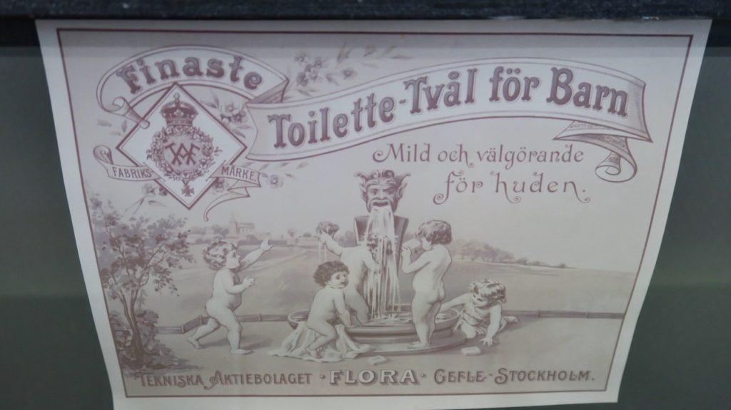 """Gästrikland. Högbo Bruk. Gårdsbutiken. I veckans skyltbidrag, modell Ä, finns denna gamla tvålask från """"Flora"""" i Gävle."""