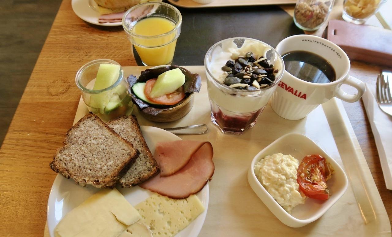 Högbo bruk. Gästrikland. Frukost. Även här på brickan samverkar mat och miljö.