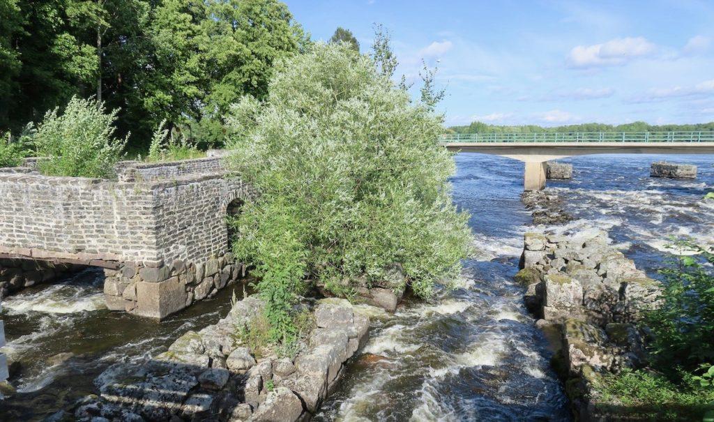 Att Gysinge bruk kom att bli anlagt här berodde på de forsar som fanns i Dalälven och som var sp viktiga för vattenkraften.