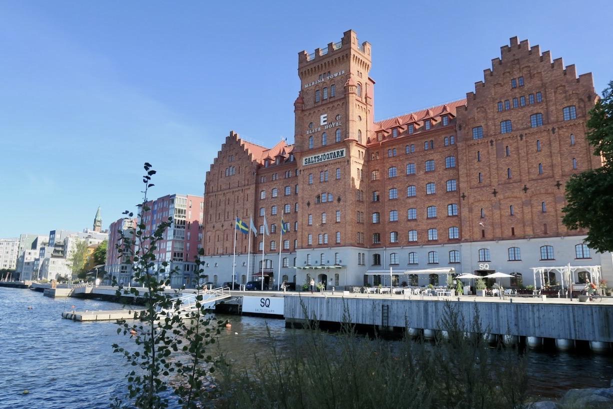 Saltsjökvarn. Nacka. Hotell Marina Tower. En strålande dag var det. Men jag slog mig ner i skuggan.