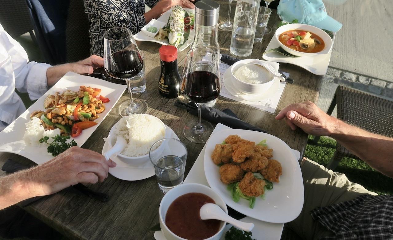 Henriksdalshamnen. Hammarby sjöstad. Restaurang Pong. Här åt vi när den vackra dagen övergick i en lika strålande kväll.