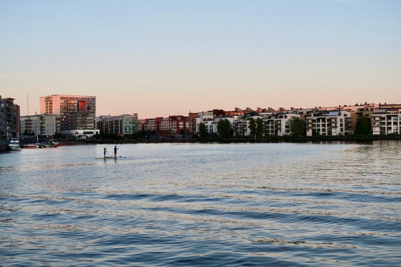 Hammarby sjö. Södermalm. Och den strålande kvällen höll sig kvar.