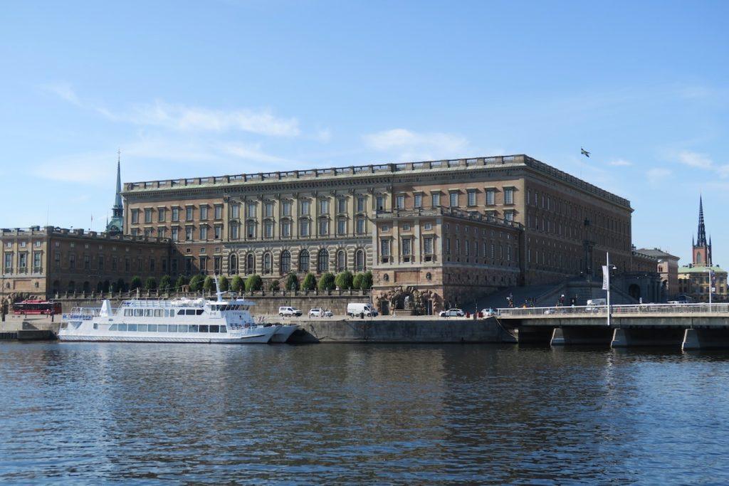 Stockholms slott. Tyvärr såg jag ingen krona på avstånd. Men är man på plats vid slottet finns det fler.