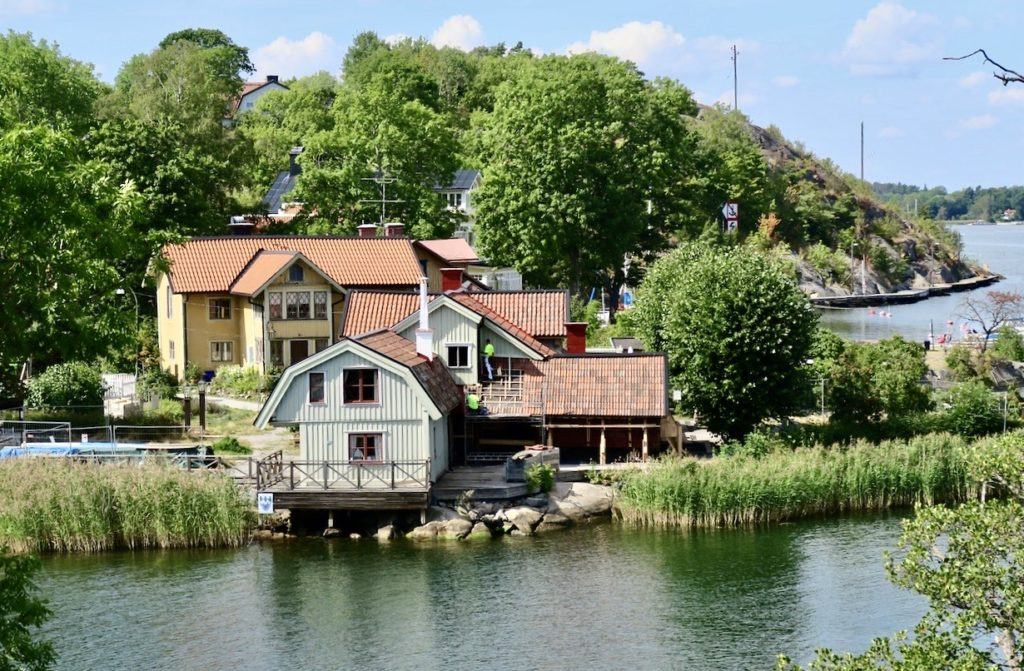 Hembygdsgården i Vaxholm. När vi kommer till Vaxholm är det tradition med ett besök och lunch på hembygdsgården. Tyvärr inte i år eftersom den är stängd p.g.a. en sprängladdning exploderade.