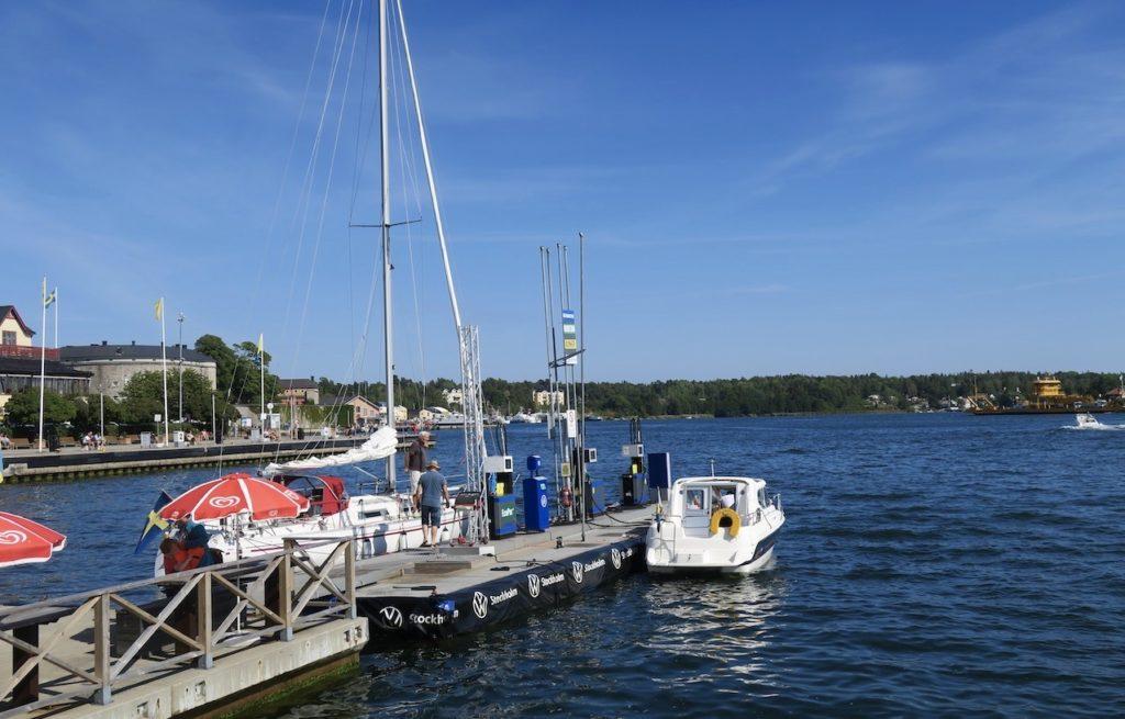 In hit till Vaxholm kommer många fritidbåtar både för att proviantera och tanka.