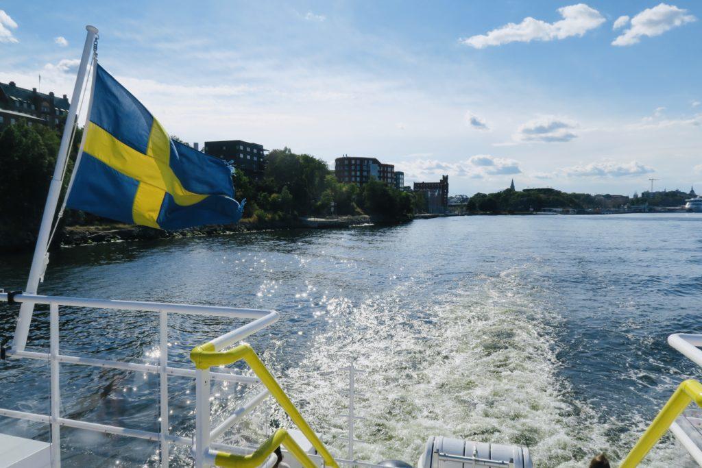 Stockholm. Saltsjökvarn. Vi har klivit på pendelbåten och är på väg mot Lidingö där nya upplevelser väntar.