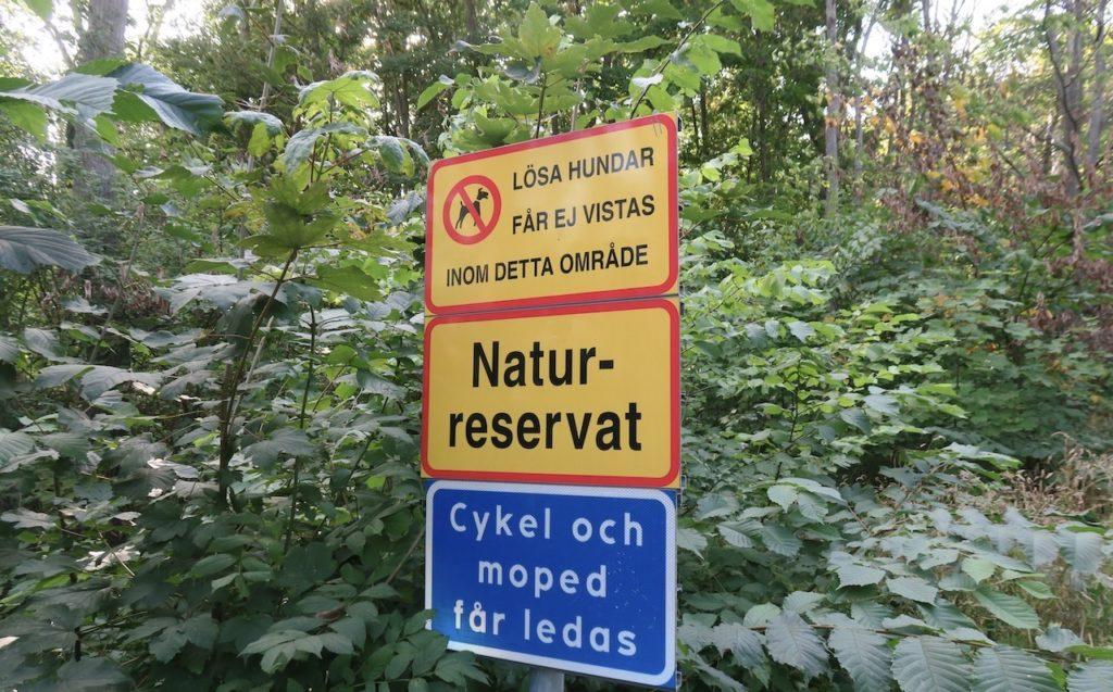 Lidingö. Kappsta naturreservat. Även om vi var i farten så stannade vi till när vi såg de här skyltarna. Knepigt att första innebörden av den blå skylten.