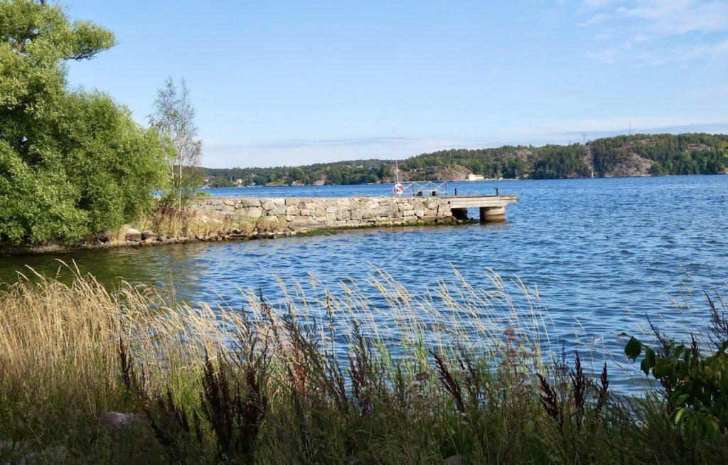 Lidingö. Lilla värtan. Vi går längs vattnet och kommer snart till Kappasta naturreservat Helt nya marker för oss. Och vi tar gärna emot nya upplevelser.