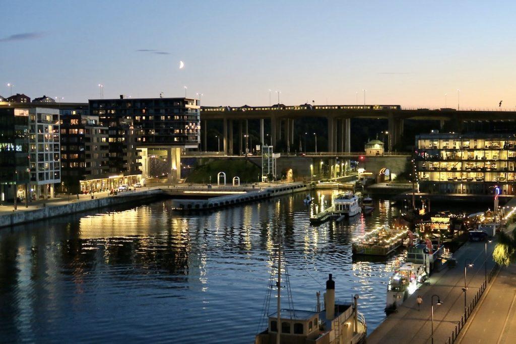 Stockholm . Södermalm. Norra Hammarbykajen. Skanstull. Här har stadens ljus tänts i den vackra augustikvällen.