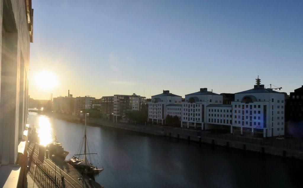 Stockholm . Södermalm. Norra Hammarbyhamnen. En ny dag ser dagens ljus.