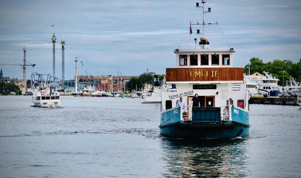 Stockholm. Nybrokajen. Visst är det en lyckad kombination att kunna ta sig en tur både till fots och med båt. Här båten Emelie som kör Nybroplan till Hammarbysjöstad. Med stopp på vägen.