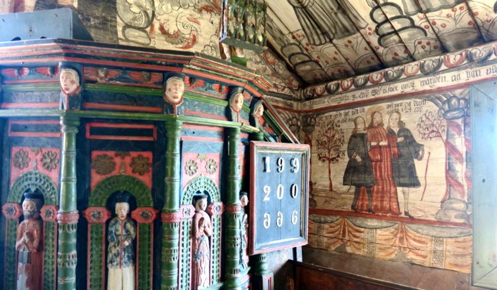 Höga kusten. Ulvön. Kapellet. Många och detaljrika målningar på väggar och i taket men inte alltid så religiöst när mna valt motiven. men inte