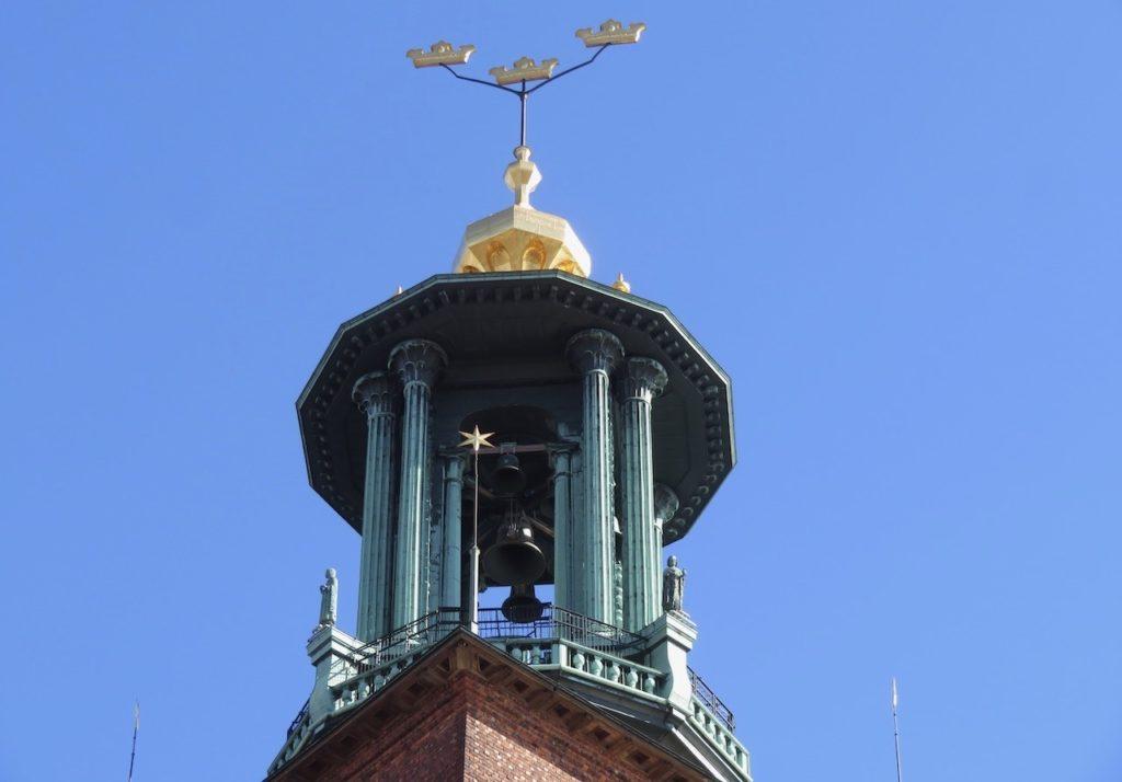 Stockholms stadshus näjer sig inte bara men en krona utan det finns tre. Och se har sin symbolik och betydelse.