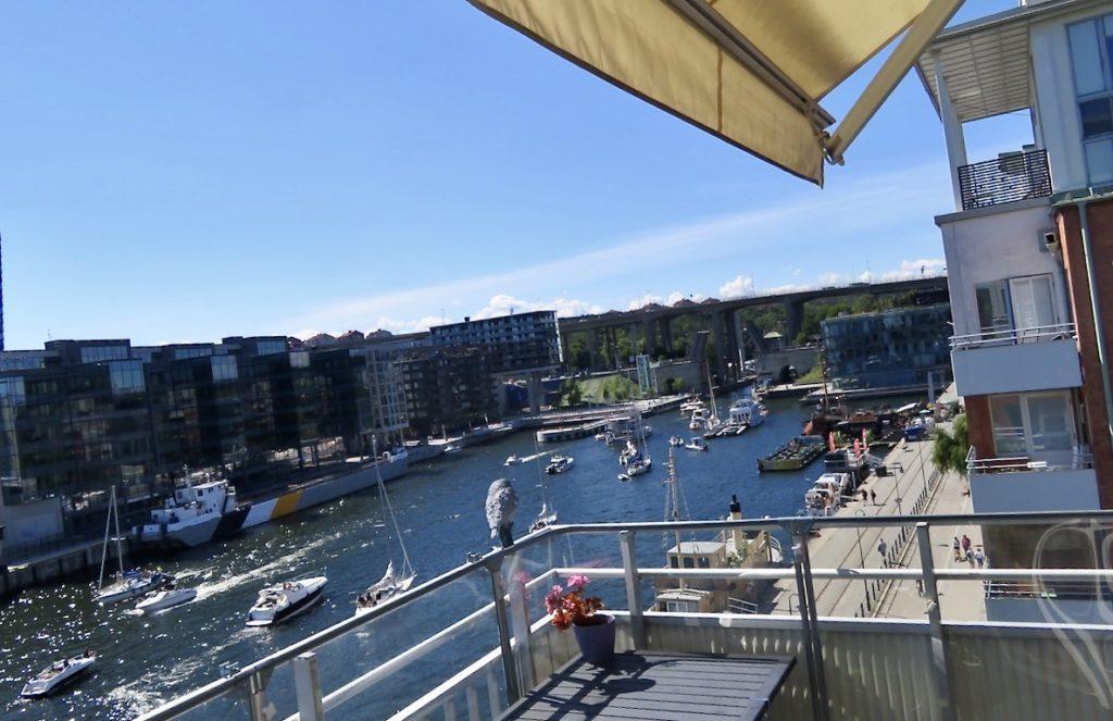 Stockholm. Södermalm. Veckans utsikt har bjudit på en hel del blå himmel och en hel del båtar på väg in och ur Hammarbyslussen.
