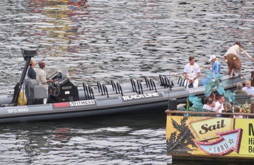 Stockholm . Södermalm. Skanstull. I farten är man ockå. på olika sätt, ombord på den här snabbgående båten.