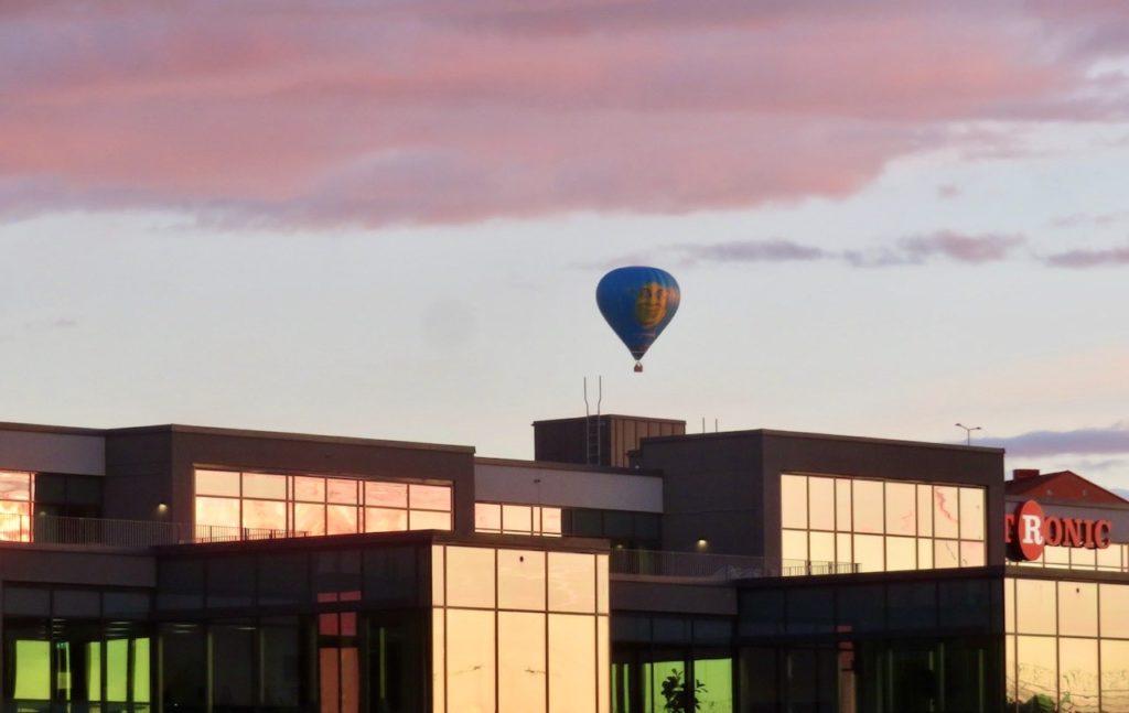 Stockholm. Hammarby sjöstad. Här har solens ljus gjort att fönsterrutorna ser ut att vara röda, rosa och gröna.