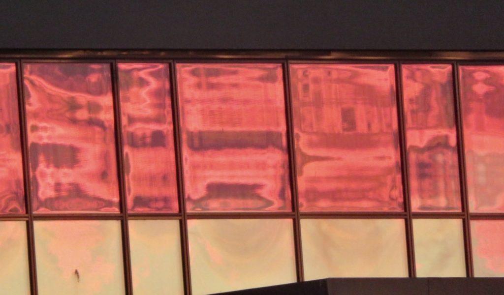 Stockhilm. Hammarby sjöstad. Kntorsbyggnader. Solens ljus har här färgat glasrutorna röda.