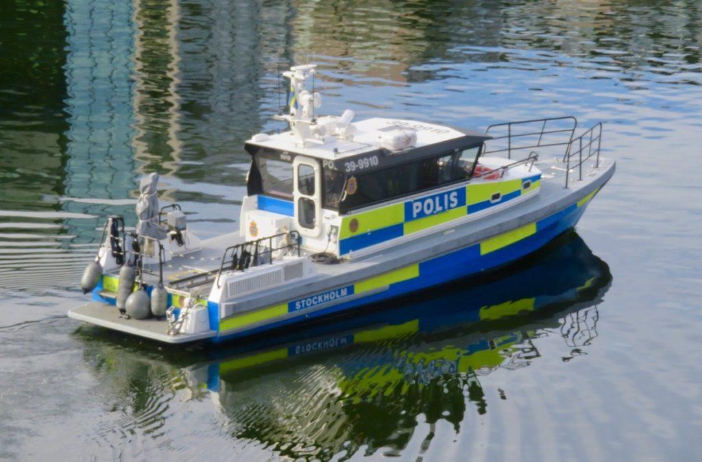 Stockholm. Södermalm. Hammarbykanalen. En polisbåt ska slussa och sedan fotsätta längs Mälarens vatten