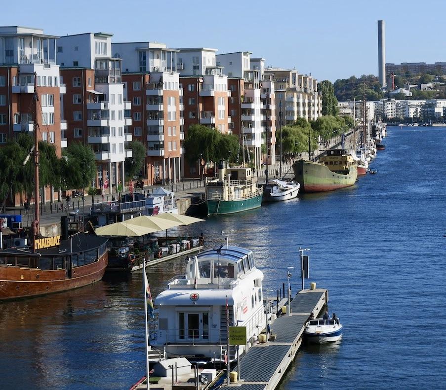 Stockholm. Södermalm. Skansbron utsikt mot Norra Hammarbyhamnen. Stannar till här på vägen mot Gullmarsplan och tvärbanan till Sundbyberg.