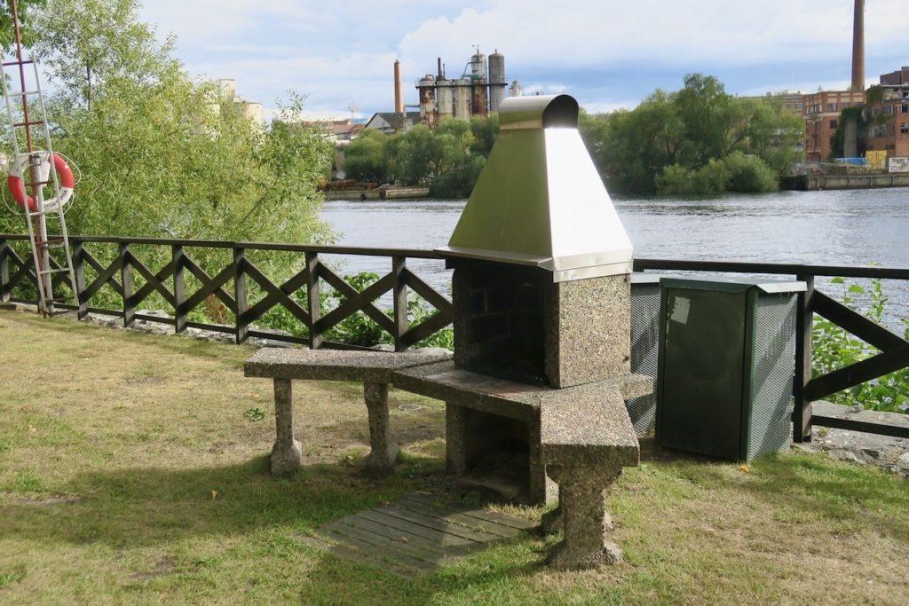 """Stockholm. Södermalm. På Reimersholme finns gott om """"rekreationsområden"""" och man kan också bada i MÄlaren från träbryggor runt hela ön."""
