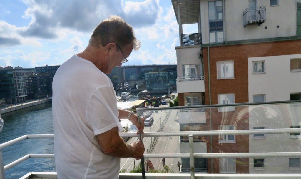 Stockholm.Södermalm. Rengöring av vindskydd efter fasadtvätt. Tänk om vi vetat att sand ingick i högrtyckstvättandet av fasaden.