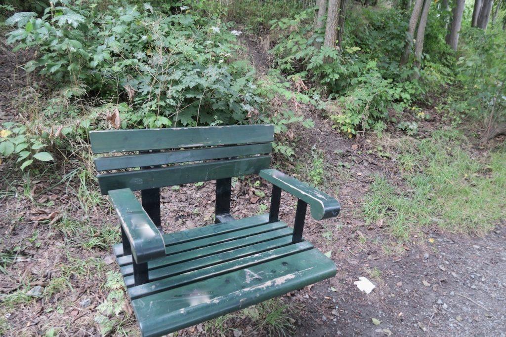 Stockholm. Liljeholmen. En hel del sittplatser är utplacerade runt sjön Trekanten.