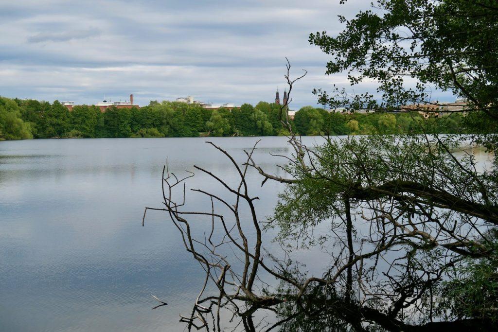 Stockholm. Liljeholmen. PÅ andra sidan sjön Trekanten skymtar Södermalm. Högalidskyrkans två torn reser sig över nejden.