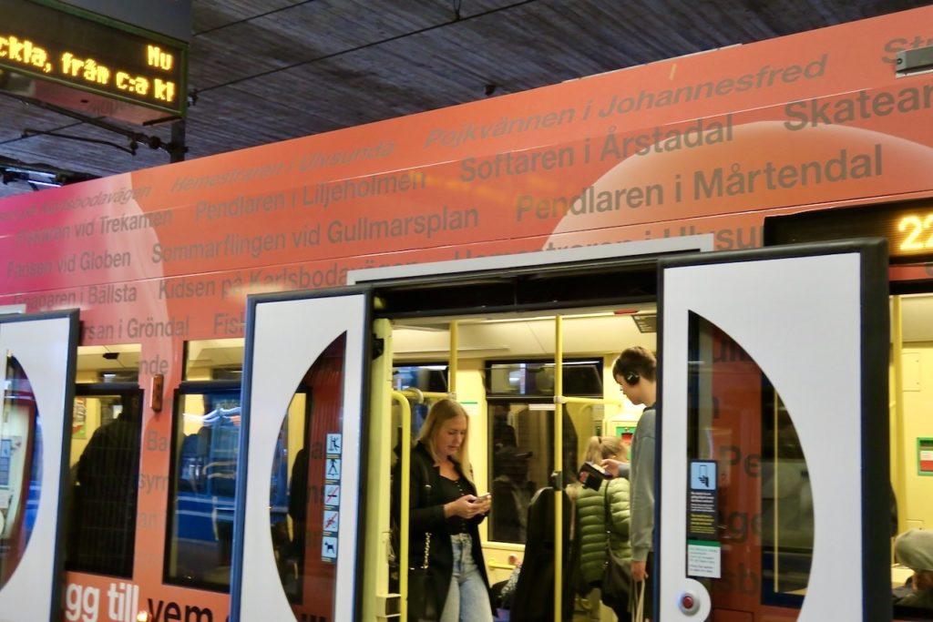 Inleder veckans blandning med detta färgglada tunnelbanetåg.