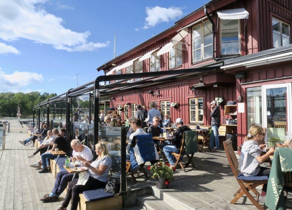 Värmdö. Bullandö krog. Perfekt terrass med utsikt mot vatten och båtar. Gott om plats mellan gästerna ger extra plus.