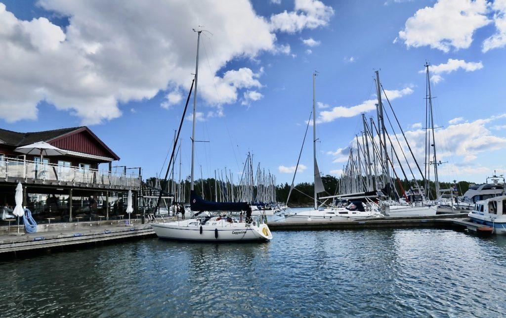 Värmdö- Till vänster skymtar Bullandö krog. Helt omgiven av bryggor, vatten och båtar.