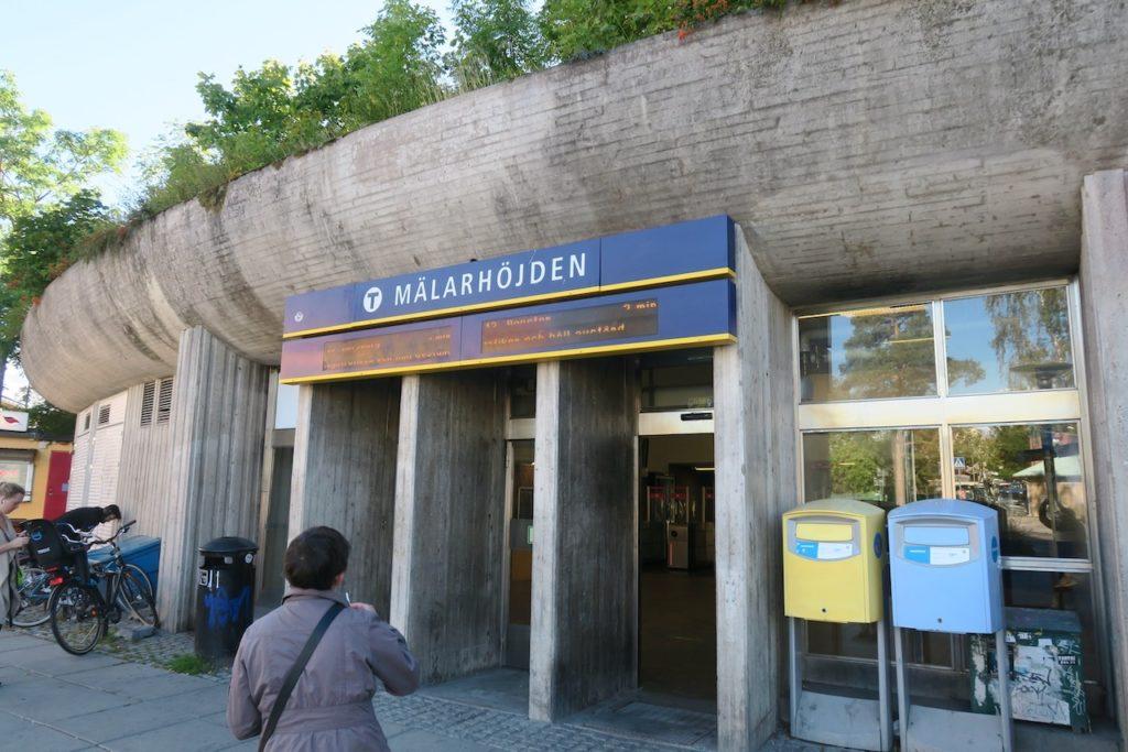 Stockholm. Stadsdelen Mälarhöjdens tunnelbanestation. Den andra som är med i veckans blandning