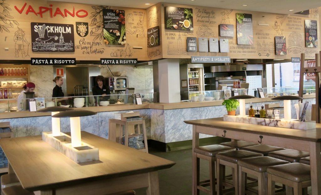 Stockholm. Gamla stan. Restaurang Vapiano. Här finns mer än veckans blandning av skyltar. Tror de är mer permanenta.