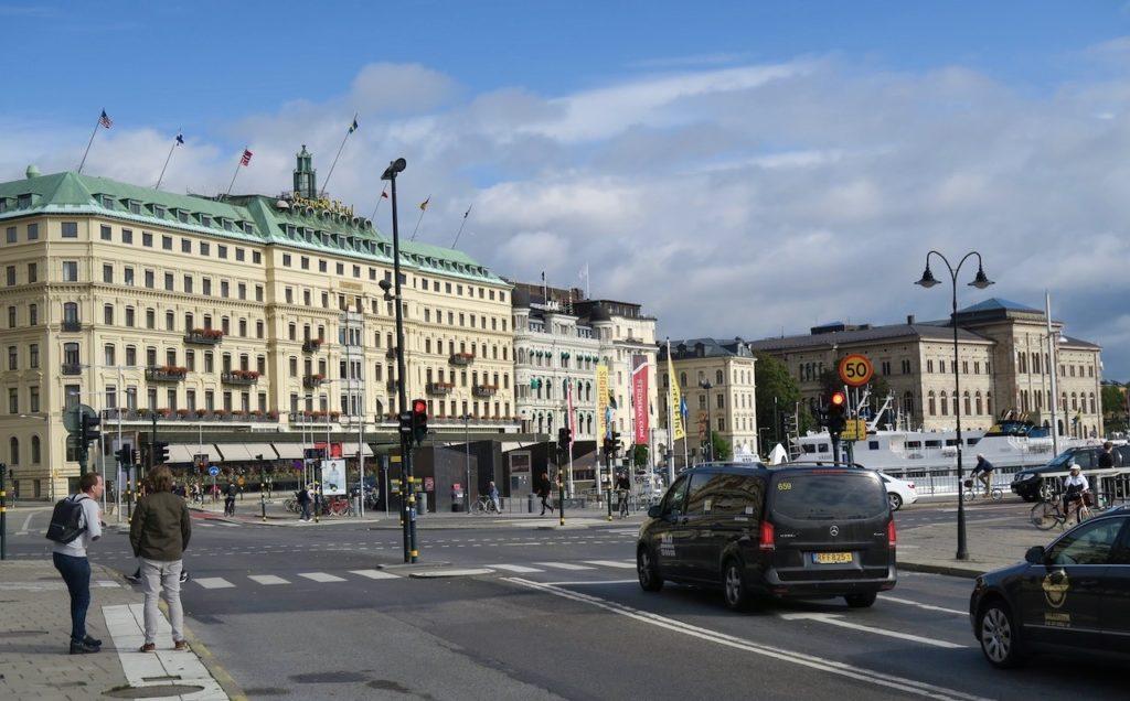 Stockholm. Grand Hotell. Här har en uppdatering av färgen gjorts. Sedan 2018 är den ursprungliga beige-gula nyansen tillbaka.