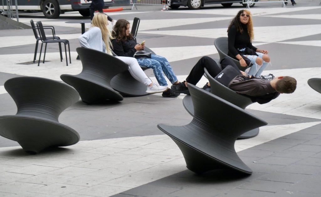 Stockholm. Sergels torg/Plattan. En uppdatering har skett och nya rörliga stolar är på plats.