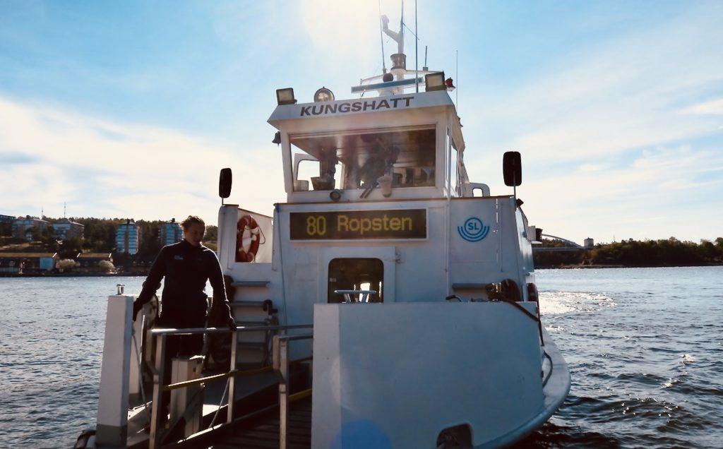 Stockholm. Pendelbåten lägger till vid Blockhusudden på Djurgården.