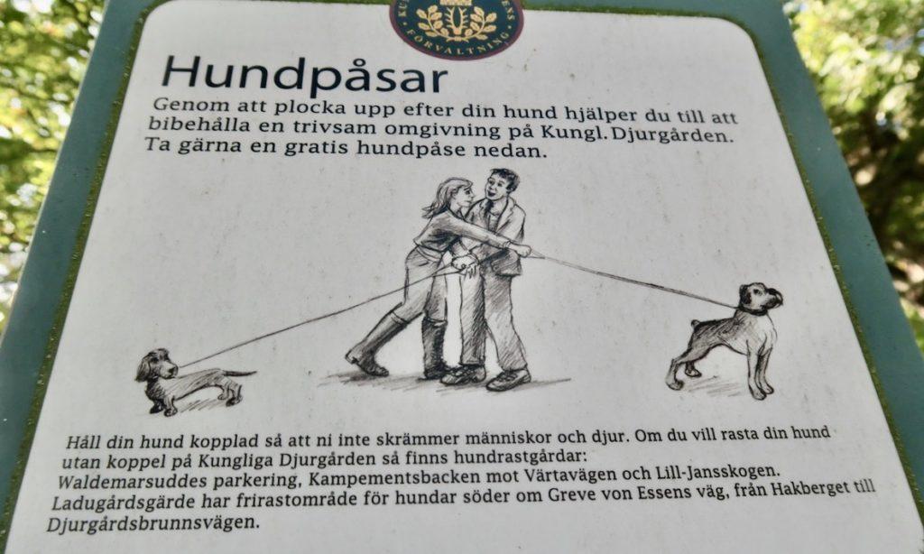 Stockholm. Kungliga Djurgården. Rörelse och grönska även i förhållningsregler för hundägare.