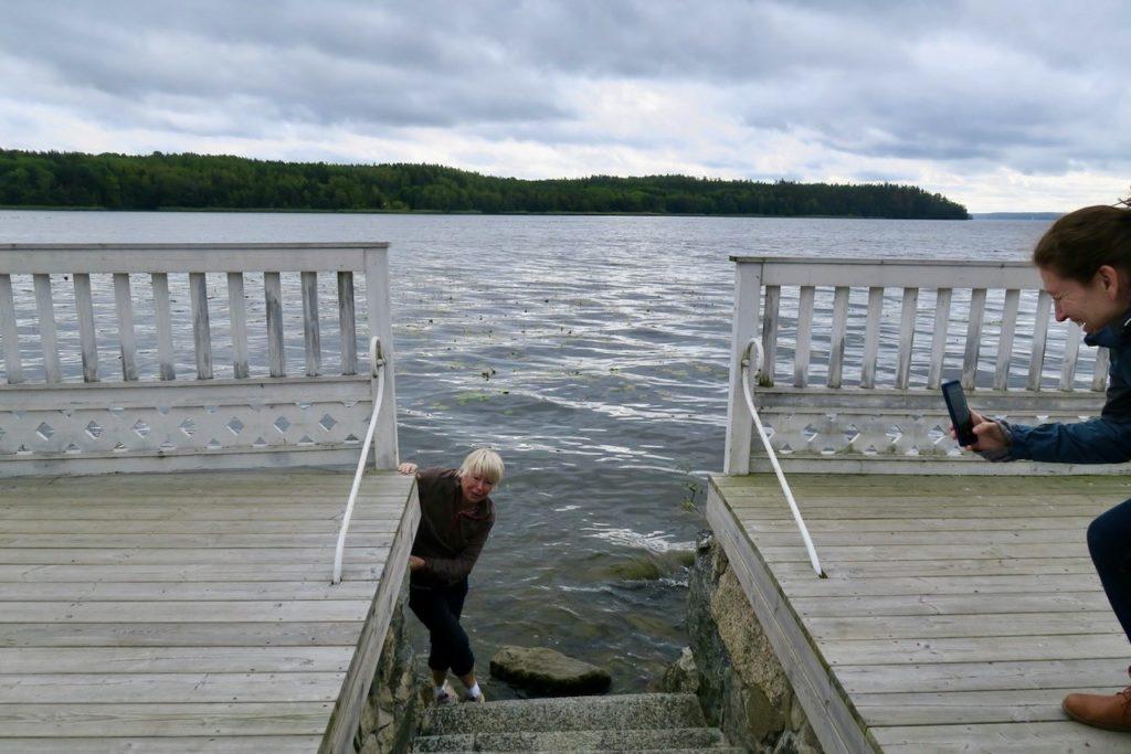 Steninge slott. Mälaren. Något bad hade jag inte tänkt mig på vår utflykt men det borde vara möjligt att känna på vattnet.