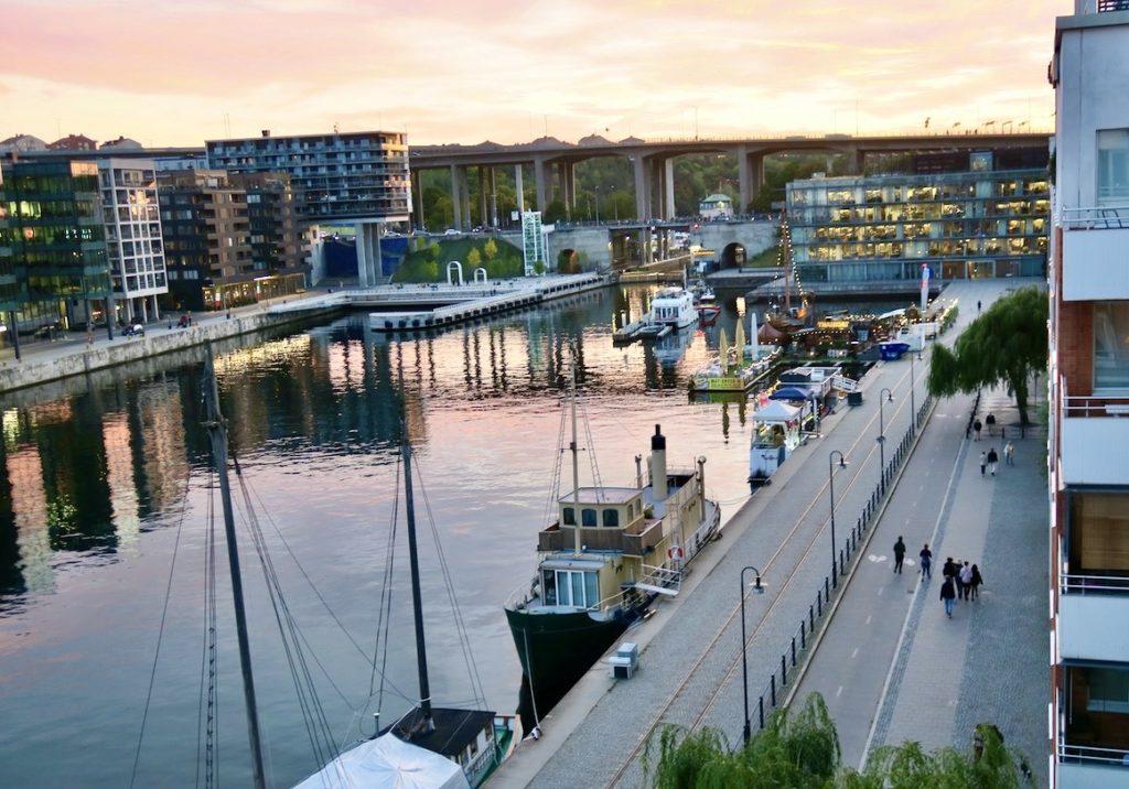 Stockholm. Södermalm. Norra Hammarbyhamnen. Vi som bor här tycker vi har ett passande namn på området. Ett namn hed sin historia.
