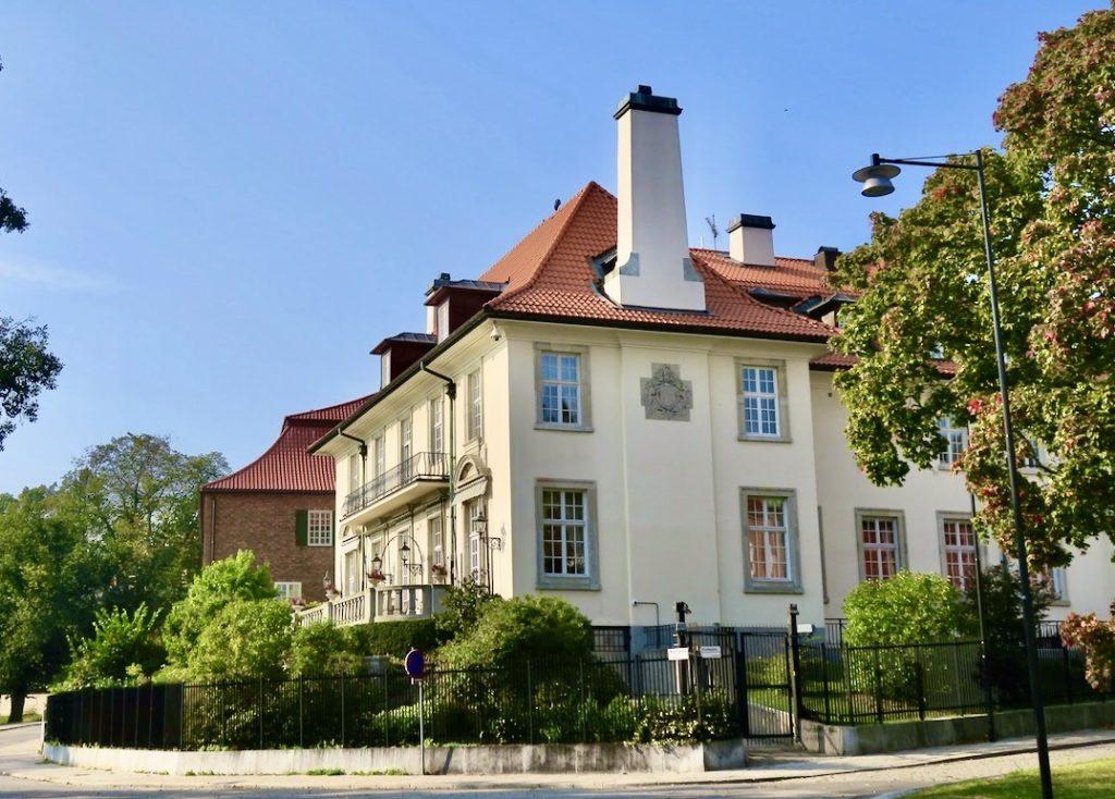 Stockholm. Diplomatstaden. Nobelgatan. Här ligger de pampiga villorna på rad och med fin utsikt över Djurgårdsbrunnsviken.