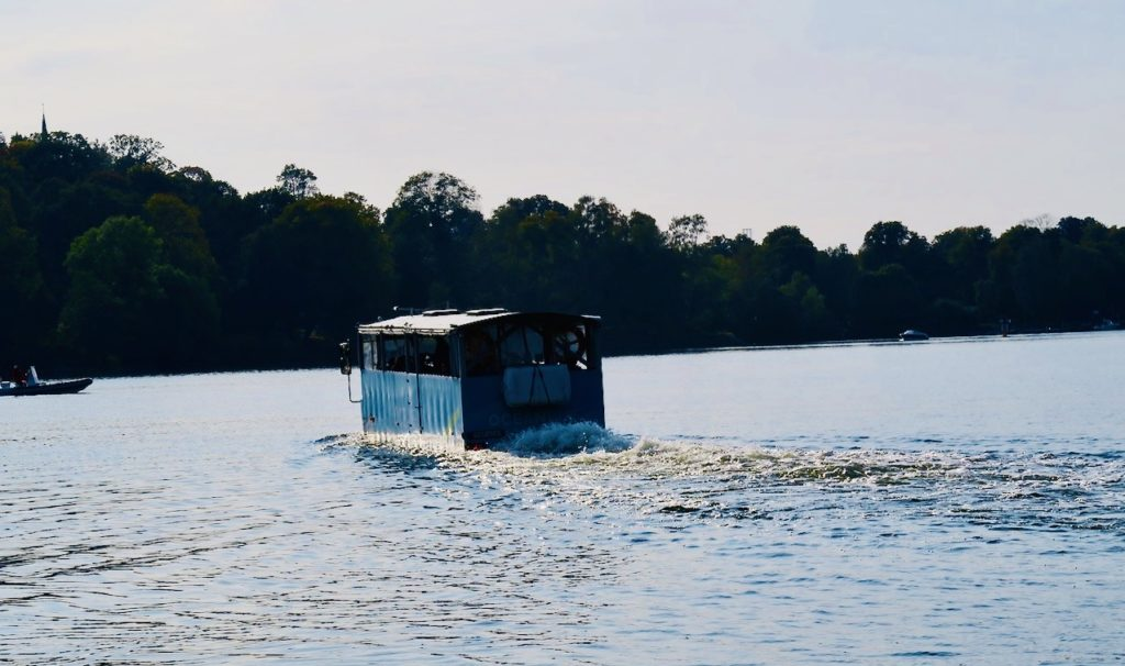 Stockholm. Oceanbus kör ner och upp ur vattnet i Djurgårdsbrunnsviken vid Källhagens värdshus.