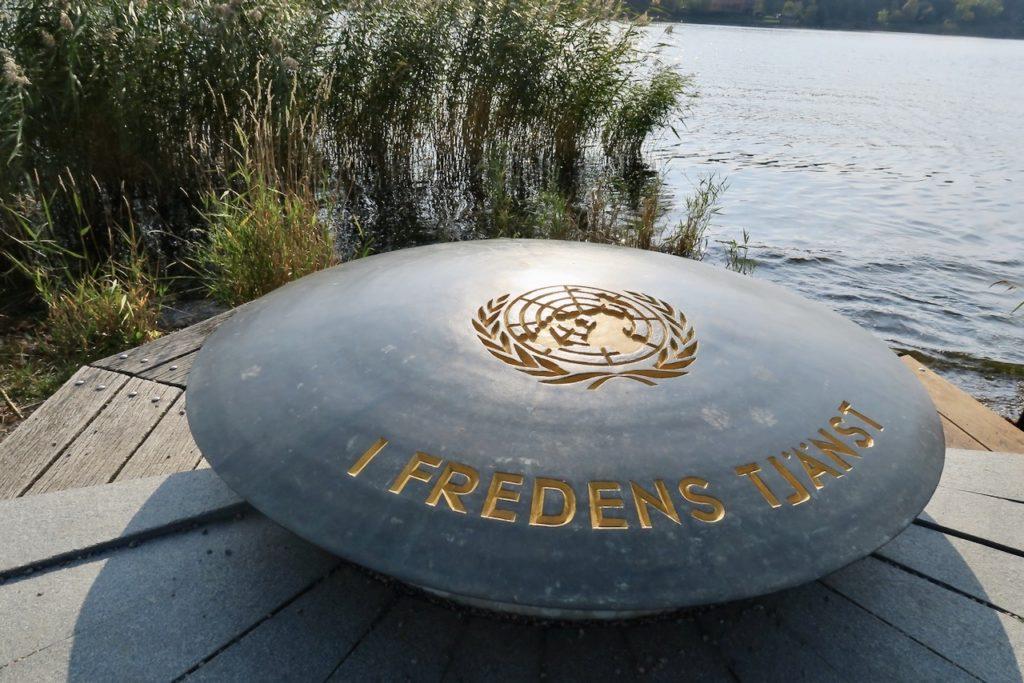 """Stockholm. Djurgårdsbrunnsviken. Minnesmärket """"I Fredens Tjänst""""."""