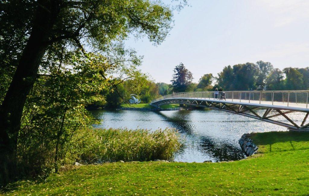 Folke Bernadottes bro leder över Djurgårdsbrunnsviken. Den invigdes 2019 och på hans dödsdag den 17 september