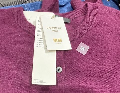 Butiken Uniqlo. Stockholm. Här blev det en uppdatering av min garderob i form av en ny cashmerekofta.