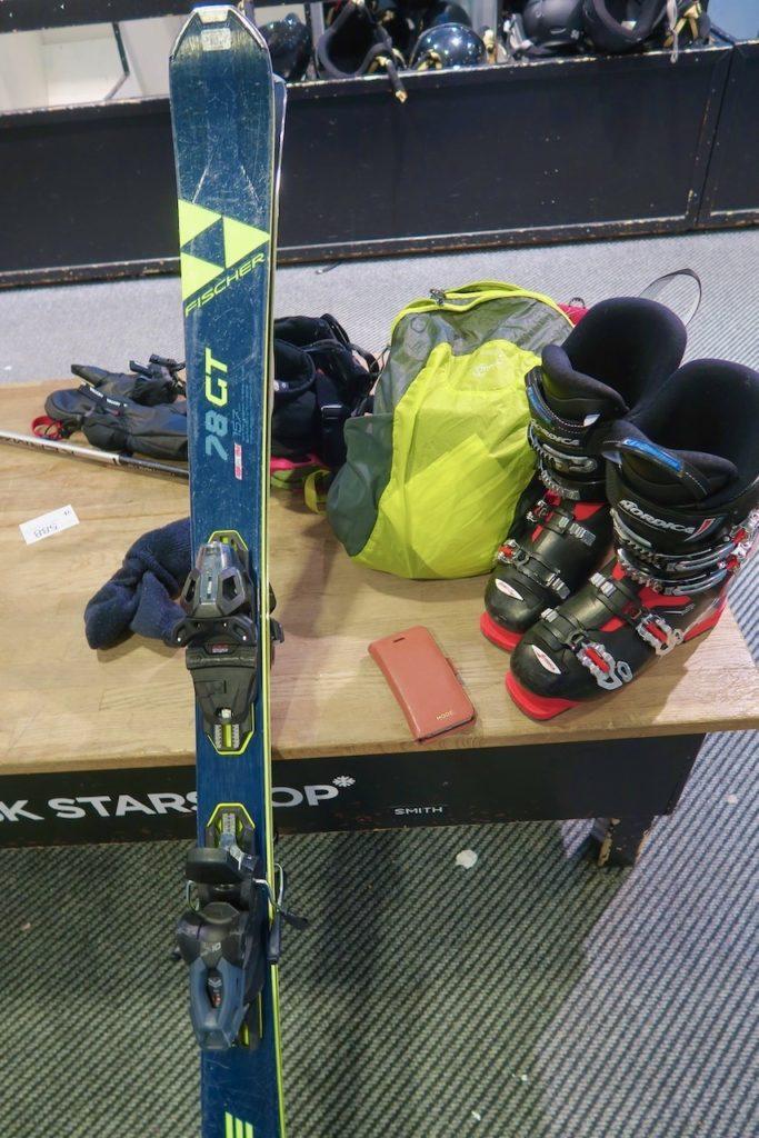 Vemdalen. Skidåkning. Jag hyrde utrustning men trassel fick jag med att klämma ner fötterna i pjäxorna.