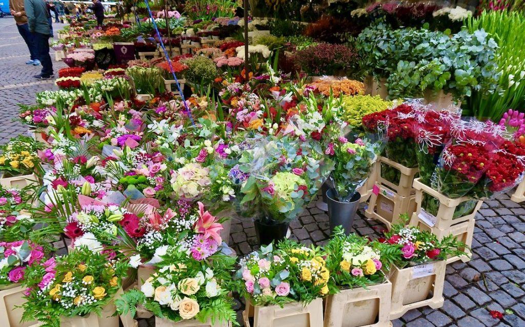 Stockholm. Hötorget och första oktober. Fint med alla blommor som lyser upp.