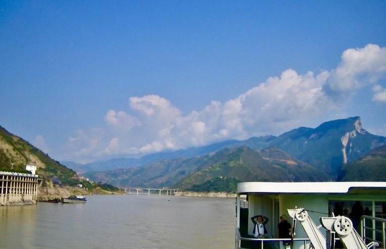 Kina. Yangtzefloden. De tre ravinernas dammar skapat av människan men med naturen som utgångspunkt.