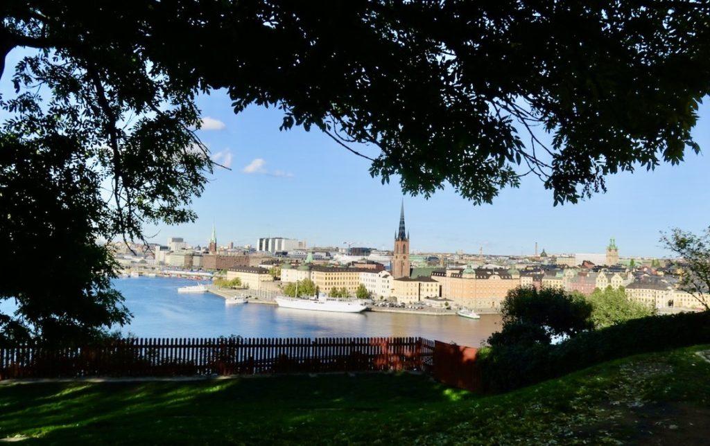 Stockholm. Mariaberget. Ivar Los park. Njuter av utsikten över Stockholm innan jag letar efter den ask jag vet ska finnas här.