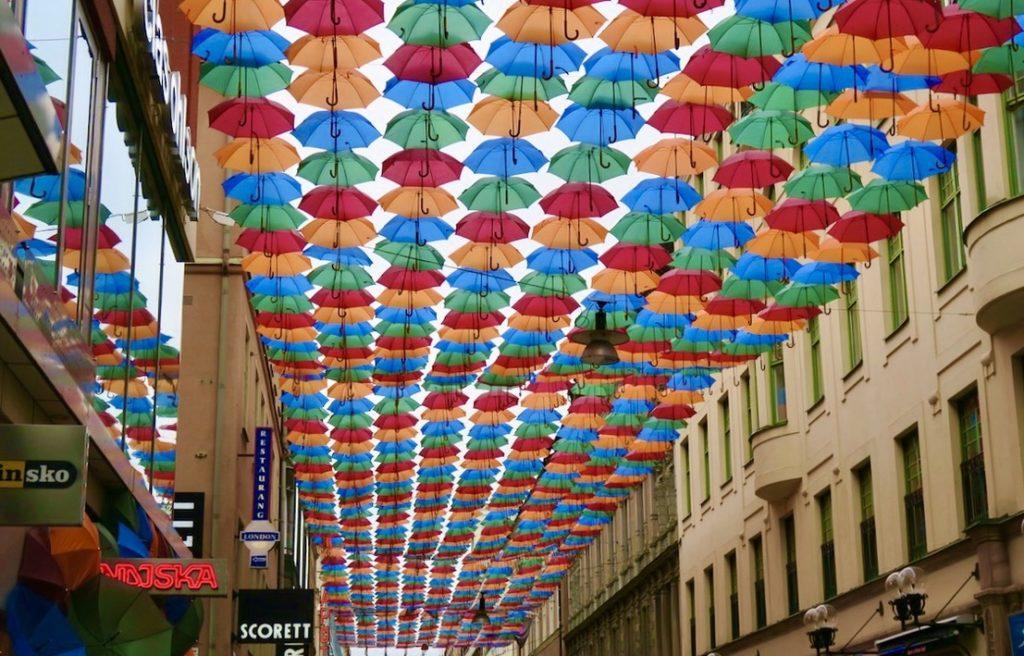 """En av veckans första höjdpunkter var att se alla färgglada paraplyer på Drottninggatan; """"The Unbrella Project"""" i samarbete med klädeskedjan Indiska."""